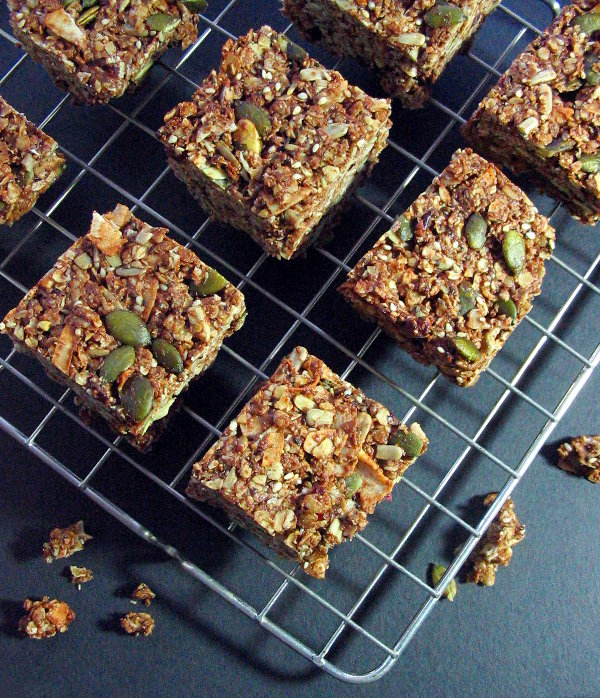 Cranberry coconut granola bars - tasty, filling and sweetened with honey. | sliceofkitchenlife.com