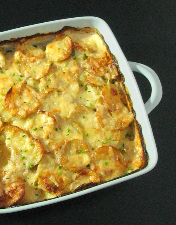 Garlic Cheesy Potatoes - the ultimate comfort food, in a lightened-up creamy sauce with melted Gruyère. | sliceofkitchenlife.com