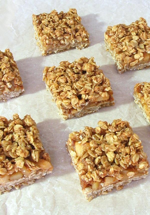 Cinnamon Apple Streusel Bars - sticky sweet apple and a chewy oat base!