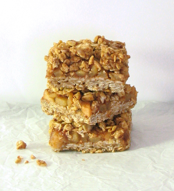 Cinnamon Apple Streusel Bars - made with oats, coconut oil and maple syrup | sliceofkitchenlife.com