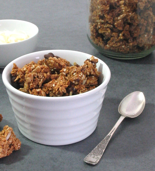 Apricot Gingerbread Granola - molasses and spice and all things nice! | sliceofkitchenlife.com